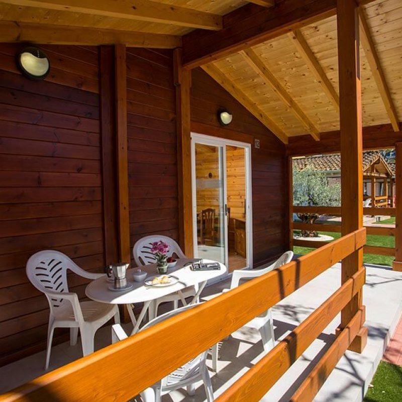 camping_bonterra_benicasim_chalet_d_exterior_mesa